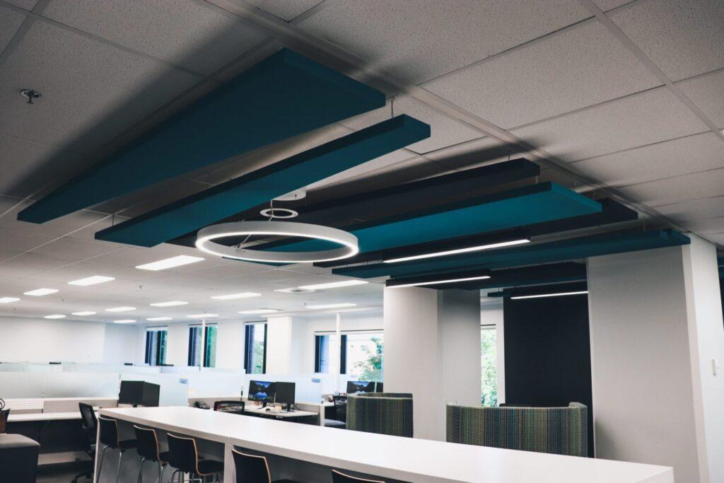 Salle de conférence avec panneaux acoustiques bleus au plafond