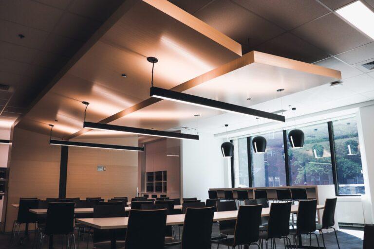 Salle de conférence avec plusieurs tables et chaises