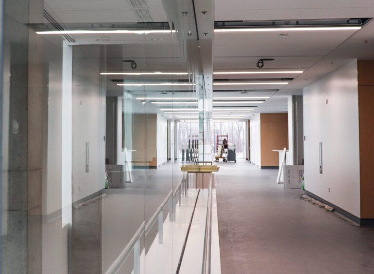 Corridor de l'hôpital Maisonneuve-Rosemont réalisation d'Humaco Acoustique Montréal