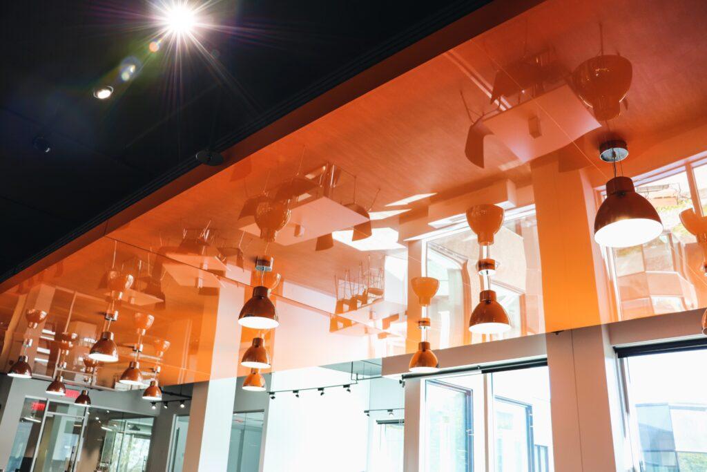 Plafond orange avec luminaires