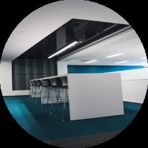 Table de travail avec chaises dans une salle de conférence
